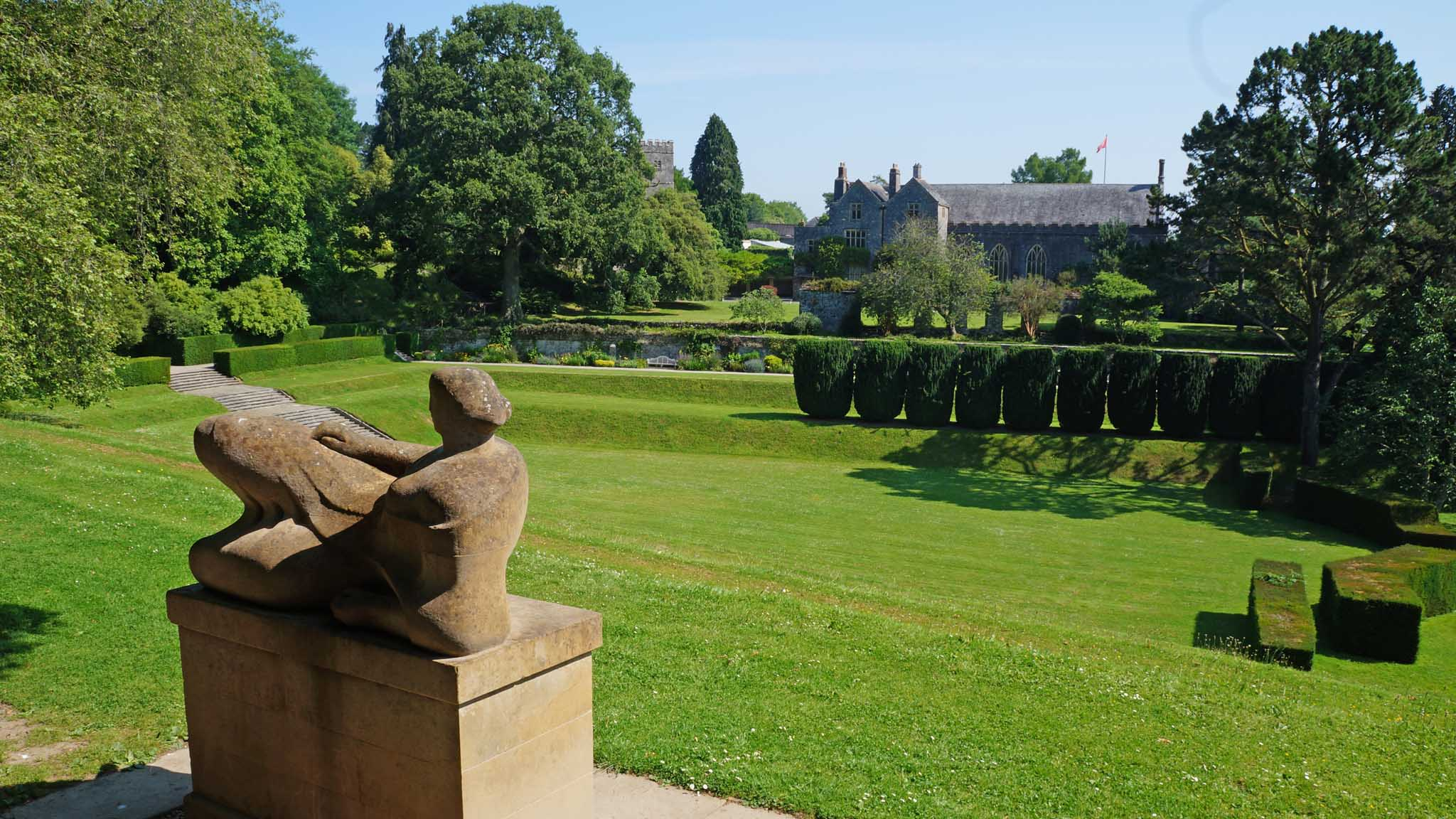 Henry-Moore-and-Tiltyard-with-Great-Hall-in-background-1